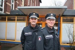 Unser Cop4U Hans-Peter Hinsichsen (li) und Polizeiverkehrslehrer Axel Stadie vor dem Eingang unserer Schule