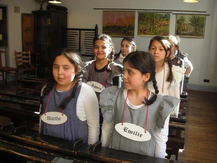 Die Mädchen trugen geflochtene Zöpfe